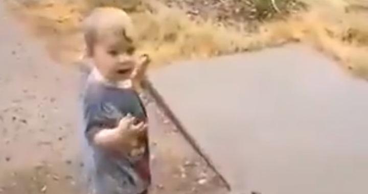 Csodás pillanat: először lát esőt egy ausztrál kisfiú