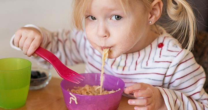 Így vezesd be az evőeszközöket a gyereknél