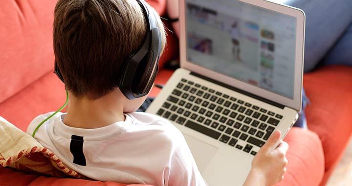 Megvan, mivel töltik a neten a gyerekek a legtöbb időt