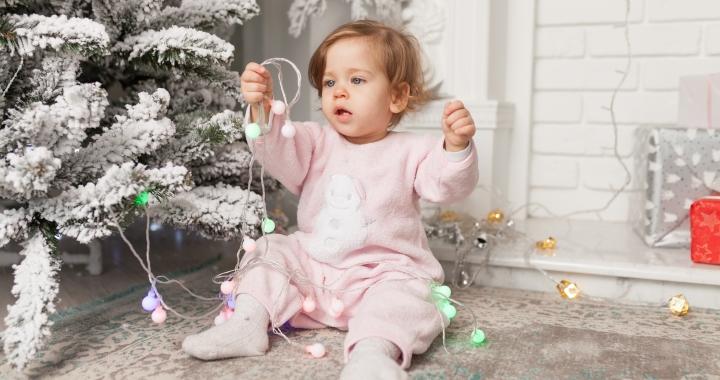 Karácsonyi veszélyek, amelyektől tartsuk távol a babát