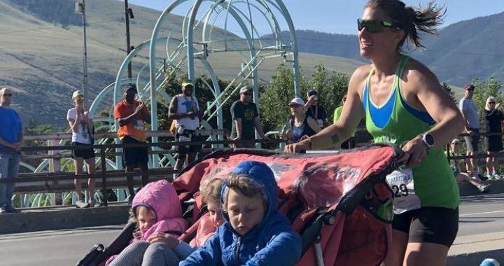 Három gyermekét tolva futotta le maratont egy anya