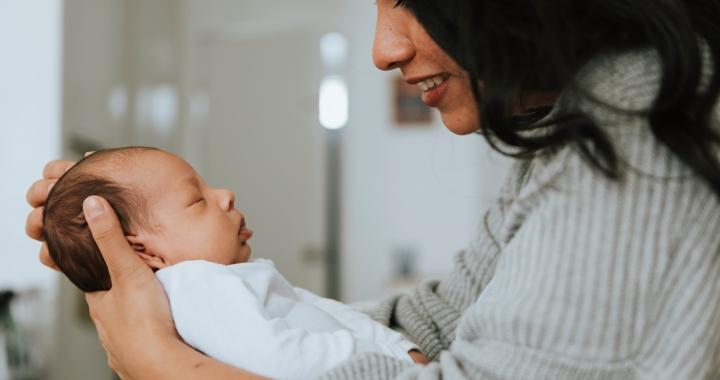 Az újszülöttek csuklása az agyfejlődésük miatt is fontos