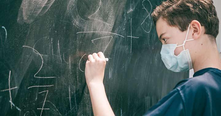 Póta György szerint az enyhe koronavírusos gyerekek maszkban járhatnának iskolába