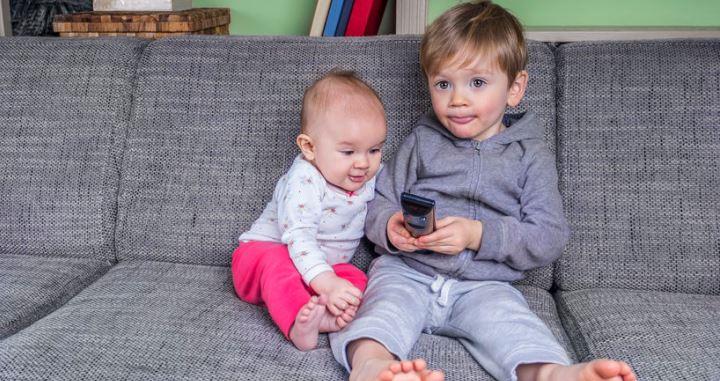 Kétéves koruk előtt ne nézzenek képernyőt a gyerekek