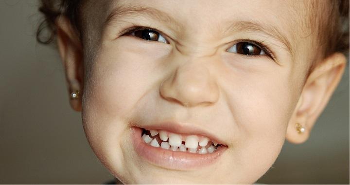 Eltiltották a nagymamát a 9 hónapos unokájától, mert fülbevalót lövetett a fülébe