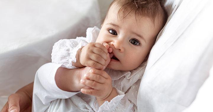 Miért vesznek a babák mindent a szájukba?