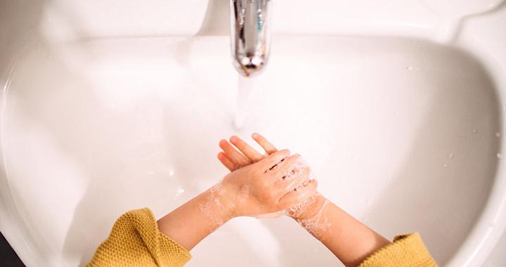 Mennyire teszi tönkre a gyerekek kezét a sok fertőtlenítőszer?