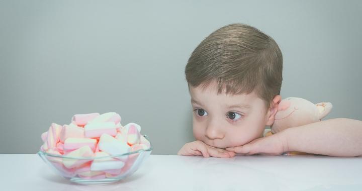 Pillecukor teszt: a gyerekek türelmesebbek, ha a jó hírük forog kockán