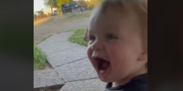 Így örült az apukájának a totyogó - videó